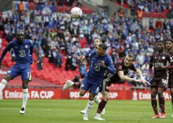 Caglar Soyuncu (tengah-kanan) dari Leicester beraksi melawan Thiago Silva (tengah-kiri) dari Chelsea pada final Piala FA Inggris antara Chelsea FC dan Leicester City di Stadion Wembley di London, Inggris, 15 Mei 2021.