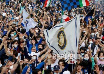 Pendukung FC Inter Milan merayakan di Piazza del Duomo kemenangan Serie A Italia (Scudetto) di Milan, Italia, Ahad (2/5). Inter memenangkan gelar ke-19 dalam sejarahnya dan yang pertama sejak musim 2009-2010.