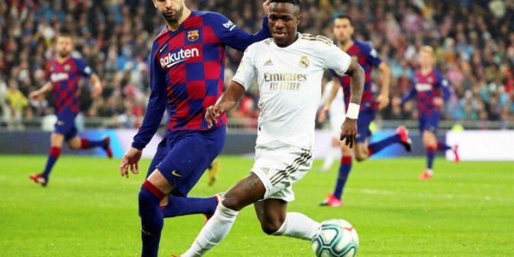Winger Real Madrid Vinicius Junior (kanan), pencetak gol ke gawang Barcelona pada laga el Clasico.