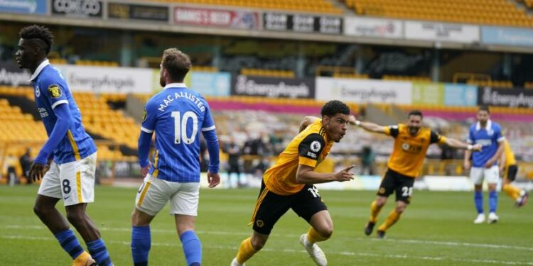 Pemain Wolves Morgan Gibbs-White (the middle) after scoring a goal against Brighton.