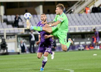 Striker Lazio, Ciro Immobile (kanan) berebut bola dengan bek Fiorentina, Germán Pezzella pada laga Serie A di Artemio Franci, Ahad (9/5) dini hari WIB. Lazio kalah 0-2.