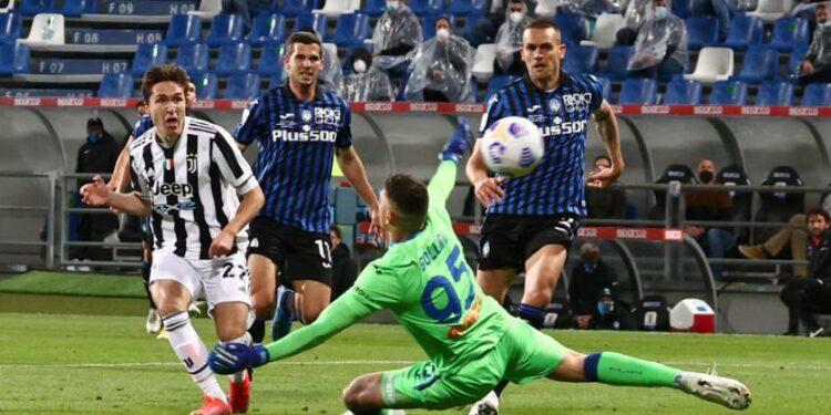 Winger Juventus Federico Chiesa mencetak gol ke gawang Atalanta pada final Coppa Italia.