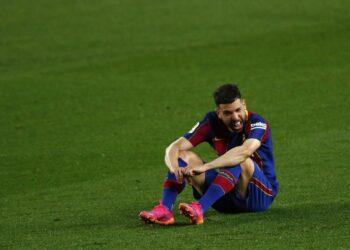 Jordi Alba dari Barcelona memberi isyarat akhir pertandingan sepak bola La Liga Spanyol antara FC Barcelona dan Granada di stadion Camp Nou di Barcelona, ??Spanyol, Kamis, 29 April 2021.