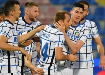 Para pemain Inter Milan merayakan gol Cristian Eriksen (tengah) pada laga Serie A melawan Crotone, di Stadion Ezio Scida, Ahad (2/5) dini hari WIB. Inter menang 2-0.