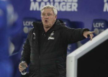 Pelatih kepala Newcastle United Steve Bruce memberikan instruksi selama pertandingan sepak bola Liga Utama Inggris antara Leicester City dan Newcastle United di Stadion King Power di Leicester, Inggris, Jumat, 7 Mei 2021.