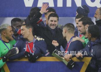 Pelatih kepala PSG Mauricio Pochettino, tengah, dan pemain PSG merayakan dengan trofi setelah pertandingan sepak bola Trofi Champions antara Paris Saint-Germain dan Olympique Marseille di stadion Bollaert di Lens, Prancis utara, Rabu, 13 Januari 2021. PSG menang 2 : 1.
