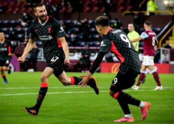 Pemain Liverpool Nathaniel Phillips (kiri) merayakan golnya ke gawang Burnley bersama Roberto Firmino.