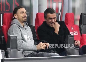 Striker AC Milan Zlatan Ibrahimovic (Kiri) dan General Manager Milan Paolo Maldini menyaksikan pertandingan sepak bola Serie A Italia antara AC Milan dan Udinese di stadion Giuseppe Meazza di Milan, Italia, 3 Maret 2021.