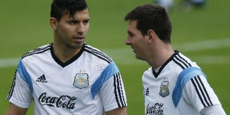 Sergio Aguero (kiri) berbincang dengan Lionel Messi saat membela timnas Argentina.