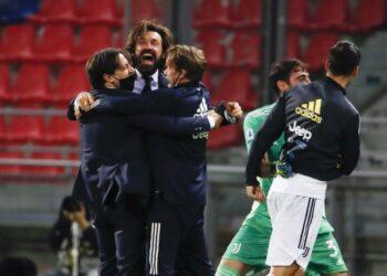 Manajer Juventus, Andrea Pirlo (kedua kiri) berjingkrak bersama ofisial tim merayakan kemenangan 4-1 Juve atas Bologna, Stadion Renato Dall