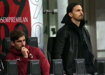 Penyerang AC Milan Zlatan Ibrahimovic melihat dengan galau timnya yang tak kunjung menjebol gawang Cagliari dalam pertandingan pekan ke-37 Serie A di San Siro, Senin (17/5) dini hari WIB.