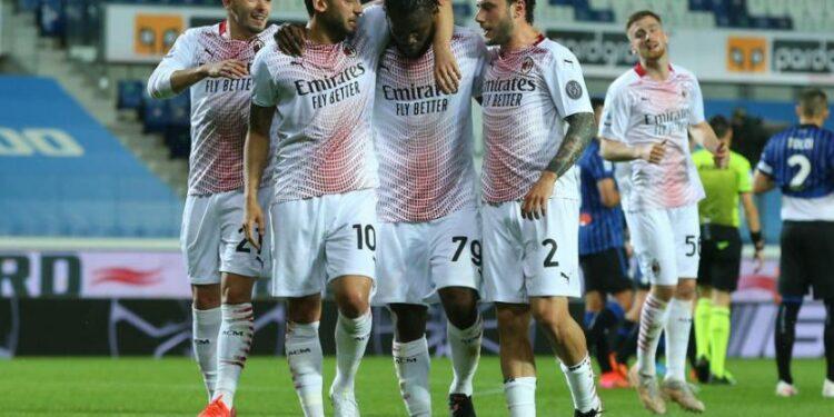 Para pemain AC Milan merayakan gol Franck Kessie (tengah) ke gawang Atalanta pada laga Serie A di Bergamo, Senin (24/5) dini hari WIB. Milan unggul 1-0 pada babak pertama.