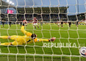 Pemain Burnley Chris Wood  mencetak gol pembuka pertandingan melewati penjaga gawang West Ham Lukasz Fabianski pada pertandingan sepak bola Liga Premier Inggris antara Burnley dan West Ham United dan di stadion Turf Moor di Burnley, Inggris, Selasa (4/5) dini hadir WIB