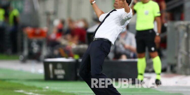 Pelatih Inter Milan Antonio Conte bereaksi pada pertandingan sepak bola perempat final Liga Europa antara Inter Milan dan Bayer Leverkusen di Duesseldorf Arena, di Duesseldorf, Jerman, Senin (10/82020).