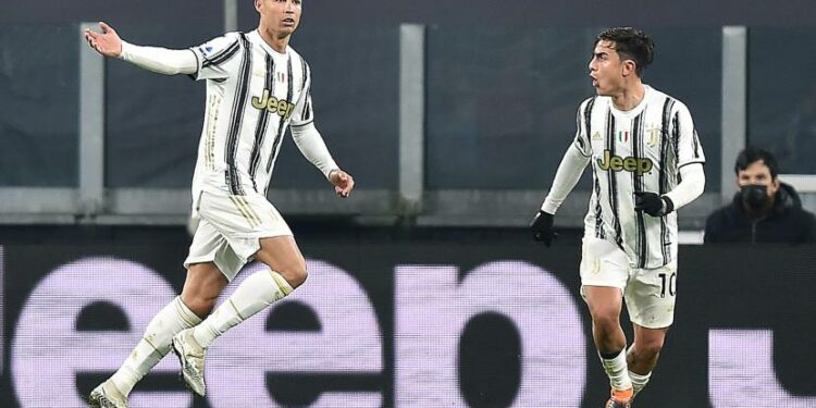 Pemain Juventus Cristiano Ronaldo (kiri) merayakan dengan rekan setimnya Paulo Dybala