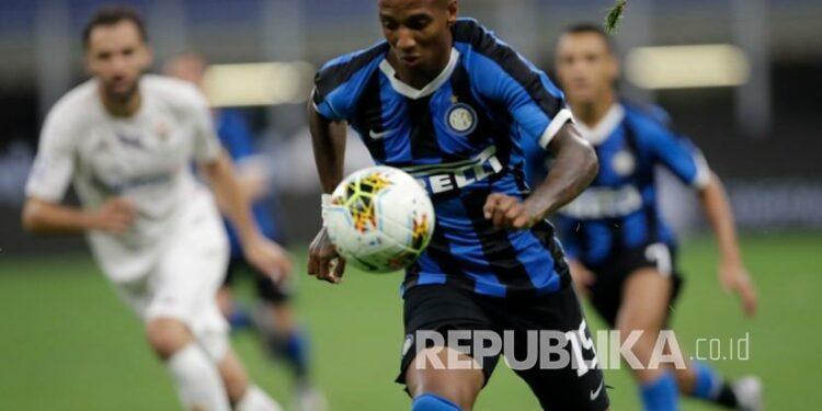Pemain Inter Milan Ashley Young berlari dengan bola pada pertandingan sepak bola Serie A antara Inter Milan dan Fiorentina, di stadion San Siro di Milan, Italia, Rabu (22/7/2020).