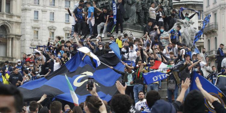 Para peggemar Inter Milan merayakan keberhasilan timnya menjuarai Serie A Liga Italia musim 2020/2021 di Piazza Duomo, Kota Milan.