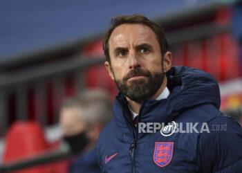 Manajer Inggris Gareth Southgate menunggu dimulainya pertandingan sepak bola persahabatan internasional antara Inggris dan Irlandia di stadion Wembley di London, Inggris, Kamis 12 November 2020.