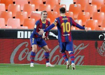 Penyerang Barcelona Antoine Griezmann (kiri) merayakan golnya ke gawang Valencia bersama Lionel Messi.