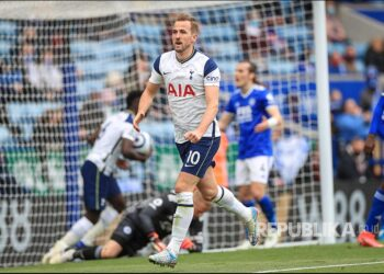 Harry Kane merayakan golnya ke gawang Leicester City pada laga Liga Inggris antara Leicester dan Tottenham Hotspur di Leicester, Inggris, Ahad (23/5).