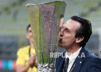 Manajer Villareal Unai Emery mencium trofi saat dia merayakannya bersama para pemainnya setelah memenangkan pertandingan final Liga Europa antara Manchester United dan Villarreal di Gdansk, Polandia, Kamis (27/5) dini hari WIB.