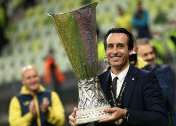 Unai Emery bersama trofi Liga Europa 2020/2021.