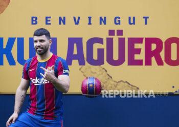 Striker Argentina Sergio Kun Aguero berpose untuk fotografer selama presentasinya sebagai pemain baru FC Barcelona di Stadion Camp Nou di Barcelona, Katalunya, Spanyol, 31 Mei 2021.