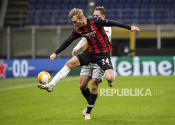 AC Milan Simon Kjaer, challenges for the ball with Spartas Lukas Julis during an Europa League Group H soccer match between AC Milan and Sparta Praha at the San Siro Stadium, in Milan, Italy, Thursday, Oct. 29, 2020. (AP Photo/Antonio Calanni)