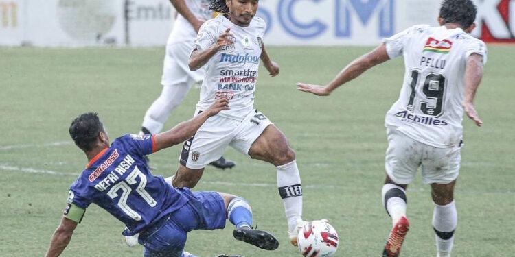 Defri Rizki dalam laga lawan Bali United di Piala Menpora | Foto LIB