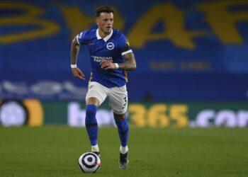 Ben White dari Brighton beraksi selama pertandingan sepak bola Liga Premier Inggris antara Brighton dan Everton di Stadion Falmer di Brighton, Inggris, Senin, 12 April 2021.