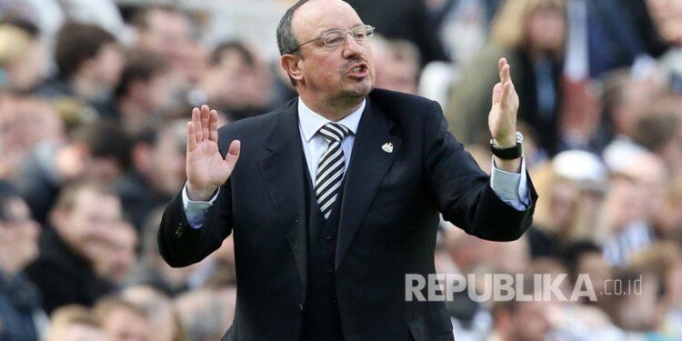 Rafael Benitez jadi incaran Everton.