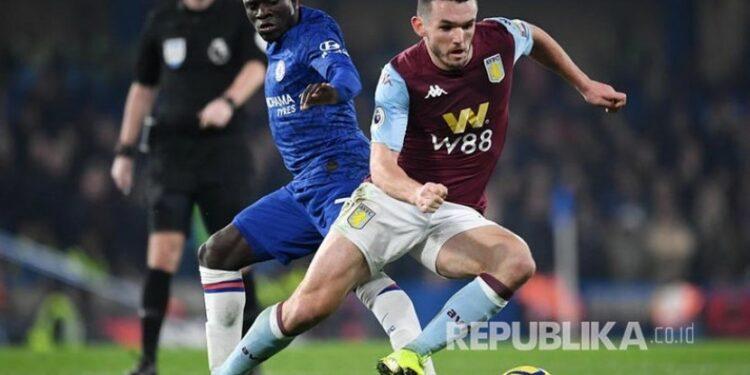 Pemain Aston Villa, John McGinn (kanan).