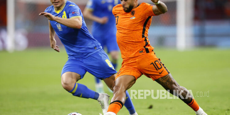Memphis Depay (kanan) dari Belanda beraksi melawan Ruslan Malinovskyi (kiri) dari Ukraina selama pertandingan penyisihan grup C UEFA EURO 2020 antara Belanda dan Ukraina di Amsterdam, Belanda, 13 Juni 2021.