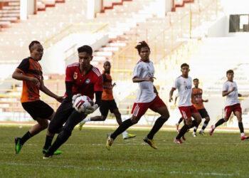 Kiper PON Aceh Chairil Zul Azhar kurang sempurna menangkap bola | Foto Ariful Usman