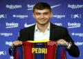 Gelandang Spanyol Pedro Gonzalez Pedri berpose saat presentasinya sebagai pemain baru FC Barcelona di Barcelona, ??Spanyol, 20 Agustus 2020.