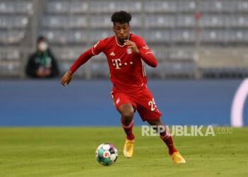 Kingsley Coman dari Bayern Munich berlari dengan bola selama pertandingan sepak bola Bundesliga Jerman antara FC Bayern Munich dan SV Werder Bremen di Allianz Arena di Munich, Jerman, 21 November 2020.