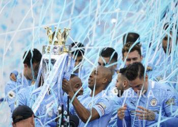 Para pemain Manchester City merayakan keberhasilan meraih gelar juara Liga Primer Inggris musim ini.