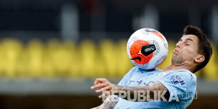 Pemain Manchester City Joao Cancelo saat menahan bola dengan dada.