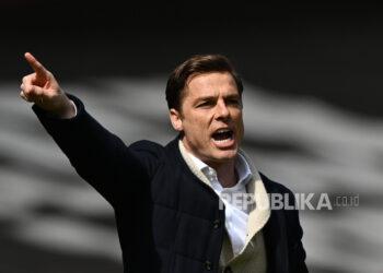 Isyarat manajer Fulham Scott Parker selama pertandingan sepak bola Liga Utama Inggris antara Arsenal FC dan Fulham FC di London, Inggris, 18 April 2021.