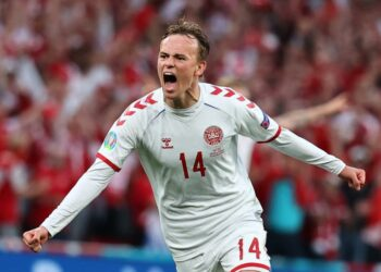 Mikkel Damsgaard dari Denmark merayakan gol ke gawang Rusia di Euro 2020.