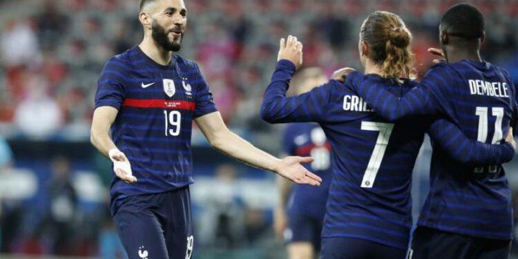 Penyerang Prancis Karim Benzema (kiri) merayakan gol yang dicetak Ousmane Dembele (kanan) dalam laga pemanasan Euro 2020 melawan Wales di Nice, Kamis (3/6) dini hari WIB.