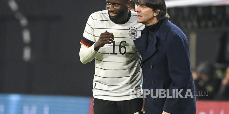 Pelatih kepala tim Jerman Joachim Loew berbicara dengan pemainnya Antonio Ruediger (kiri) selama pertandingan sepak bola persahabatan internasional antara Jerman dan Republik Ceko di Leipzig, Jerman, 11 November 2020.