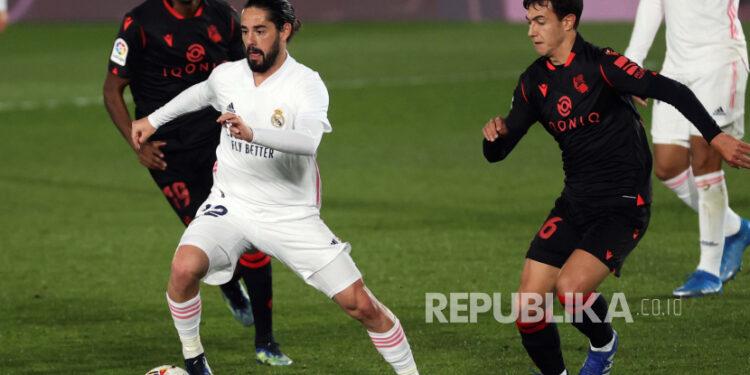 Gelandang Real Madrid Isco Alarcon (kiri) jadi incaran AC Milan.