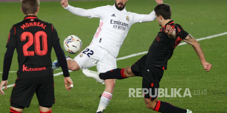 Gelandang Real Madrid Isco Alarcon (tengah).