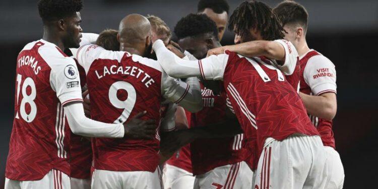 Para pemain Arsenal melakukan selebrasi setelah pemain Arsenal Willian mencetak gol ketiga timnya dalam pertandingan sepak bola Liga Utama Inggris antara Arsenal melawan West Bromwich Albion di Stadion Emirates di London, Inggris, Minggu, 9 Mei 2021.