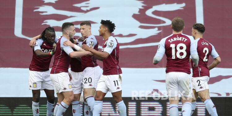 Bertrand Traore (Kiri) dari Aston Villa merayakan bersama rekan satu timnya setelah mencetak keunggulan 1-0 selama pertandingan sepak bola Liga Utama Inggris antara Aston Villa dan Manchester United di Birmingham, Inggris, 09 Mei 2021.
