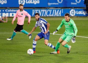 Kiper Barcelona Neto (kanan).