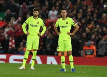 Dua pemain senior Barcelona, Sergio Busquets (kanan) dan Gerard Pique, tengah dibujuk agar menerima pemotongan gaji.