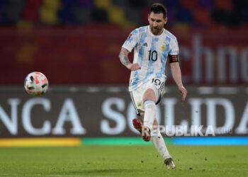 Lionel Messi dari Argentina melakukan tendangan bebas ke gawang Chile pada pertandingan sepak bola kualifikasi Piala Dunia Qatar 2022 Amerika Selatan antara Chile dan Argentina di Santiago del Estero, Argentina, 3 Juni 2021.