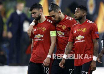 (Kiri ke kanan) Bruno Fernandes, Alex Telles dan Fred dari Manchester United bereaksi setelah kalah dalam pertandingan final UEFA Europa League antara Villarreal CF dan Manchester United di Gdansk, Polandia, Kamis (27/5) dini hari WIB.